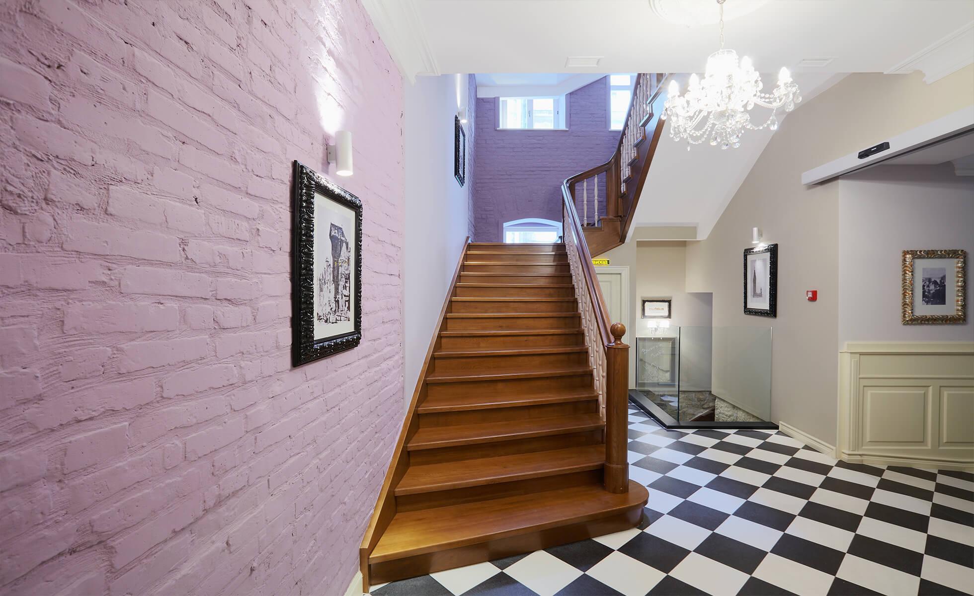 Крім сходів у готелі є і ліфт